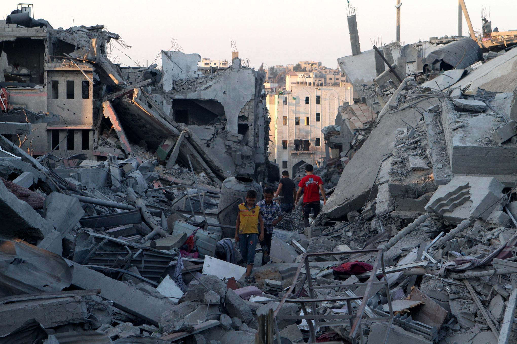 Kids_in_shujaya_gaza_rubble
