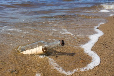 7989309-a-bottle-with-a-note-thrown-into-the-sea