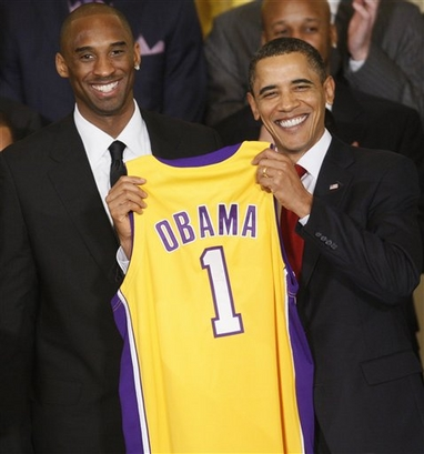 Capt.02467bcf95564bb29e7d4d2636142ff2.obama_lakers_whcd109