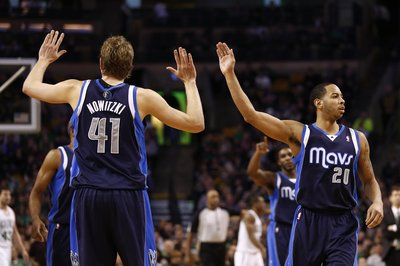 Dallas Mavericks re-sign Devin Harris to a three-year deal
