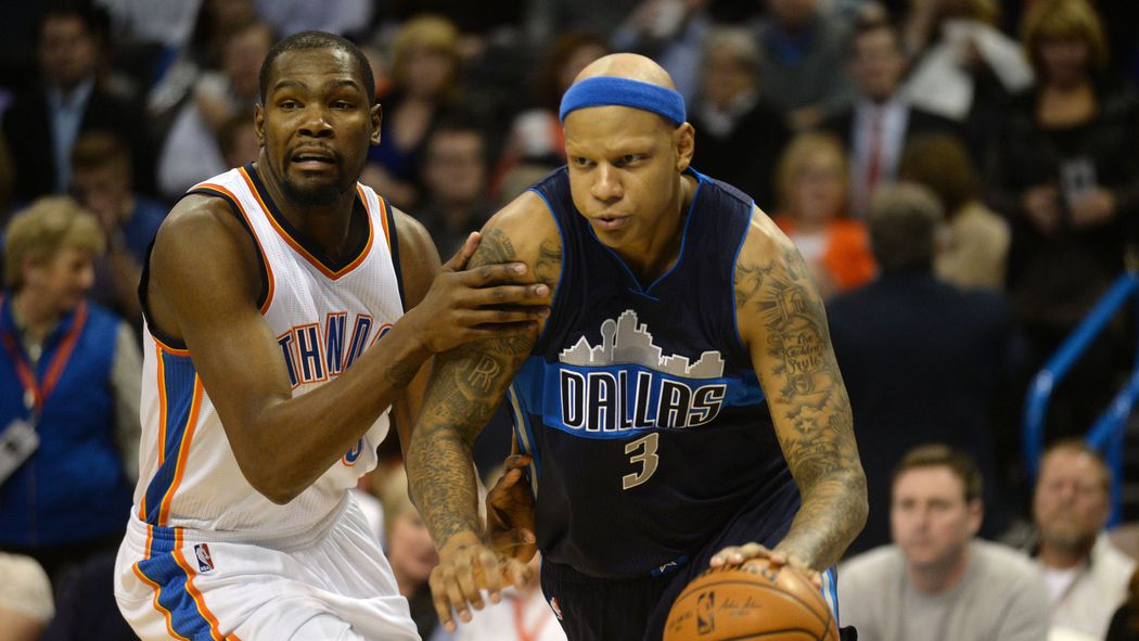 Charlie Villanueva grabs Russell Westbrook's neck in the middle of Mavs-Thunder dust-up