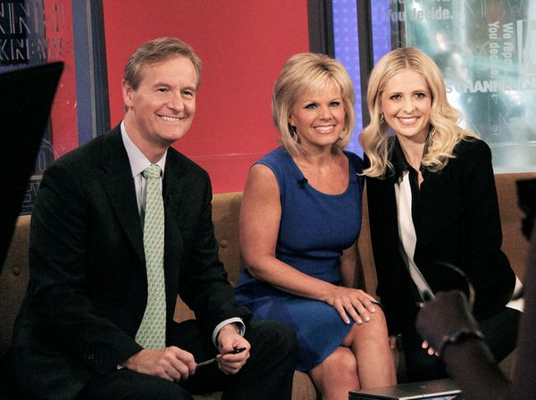 Gretchen Carlson with Steve Doocy (who she alleges sexually harassed her) and Sarah Michelle Gellar in 2013.