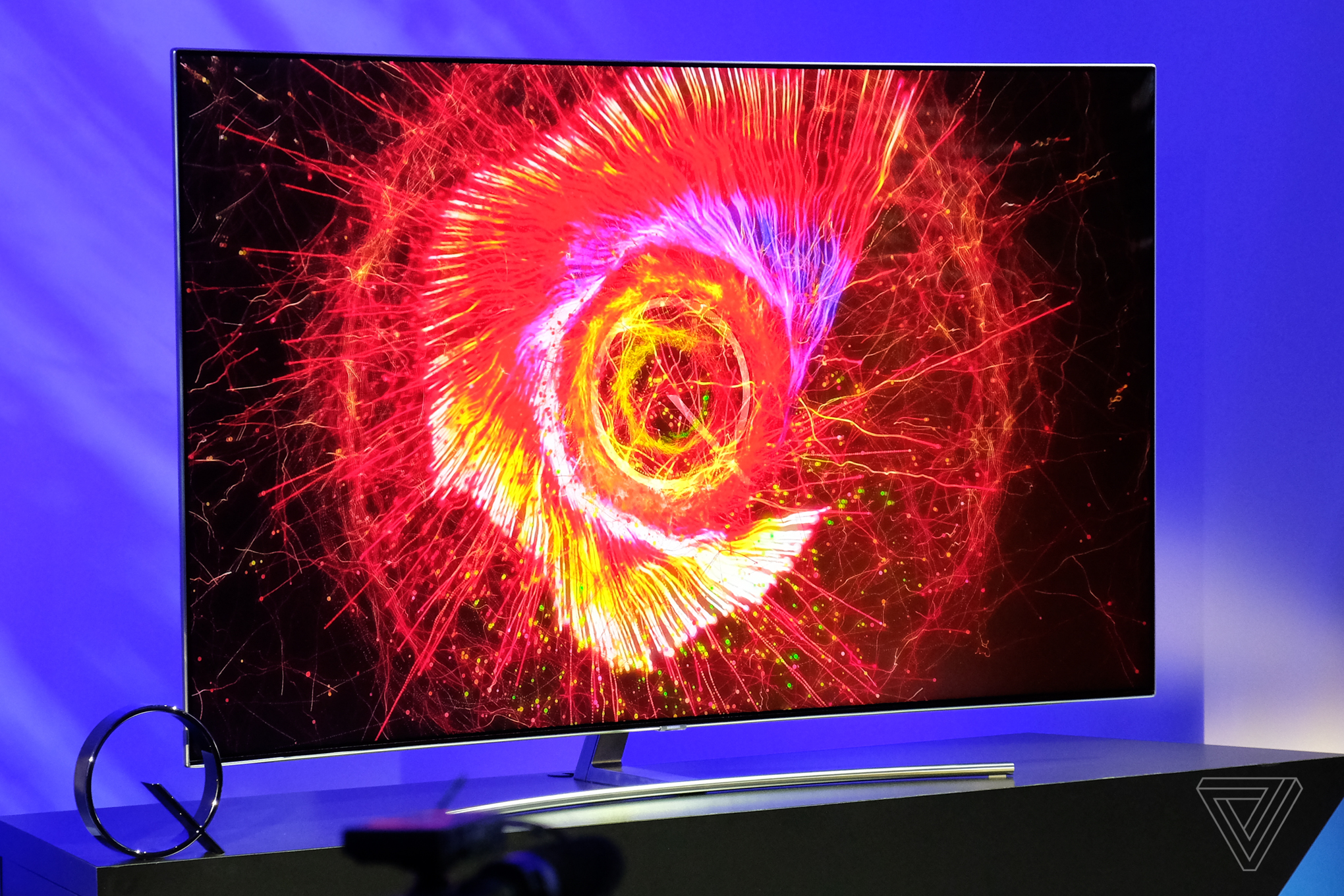 samsung says its new qled tvs are better than oled tvs the verge. Black Bedroom Furniture Sets. Home Design Ideas