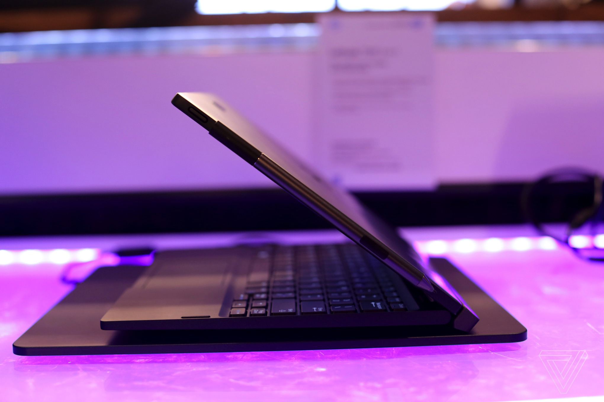 This Dell 2-in-1 laptop can wirelessly charge through its